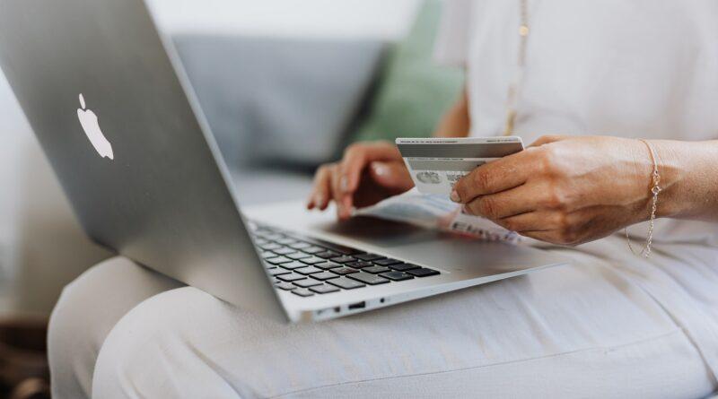 osoba robiąca zakupy przez internet